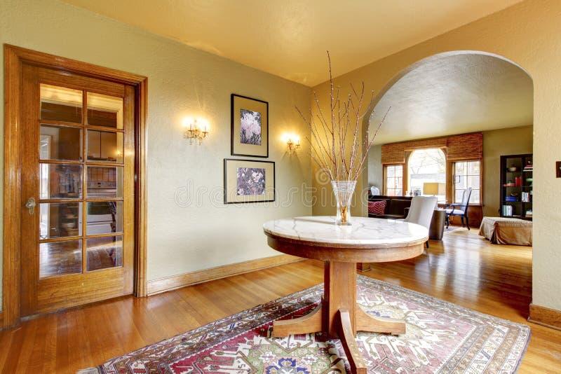 Interior de lujo del hogar de la entrada con la mesa redonda. foto de archivo libre de regalías