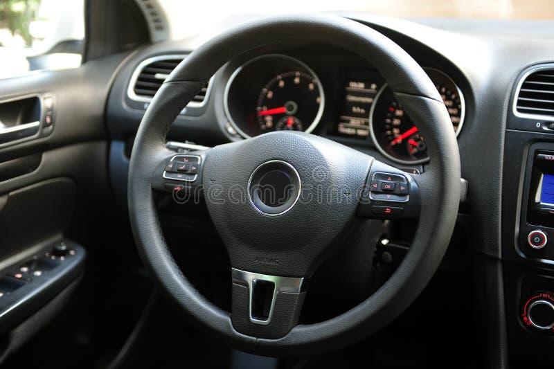 Interior de lujo moderno del coche del prestigio, tablero de instrumentos, volante Interior de cuero perforado negro imagen de archivo libre de regalías