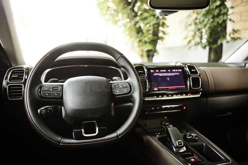 Interior de lujo moderno del coche - volante, palanca del cambio y tablero de instrumentos Lujo interior del coche dentro Interio fotos de archivo