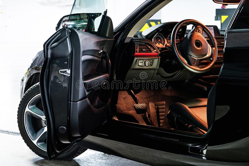 Interior de lujo oscuro del coche Volante, palanca del cambio y tablero de instrumentos imagen de archivo libre de regalías