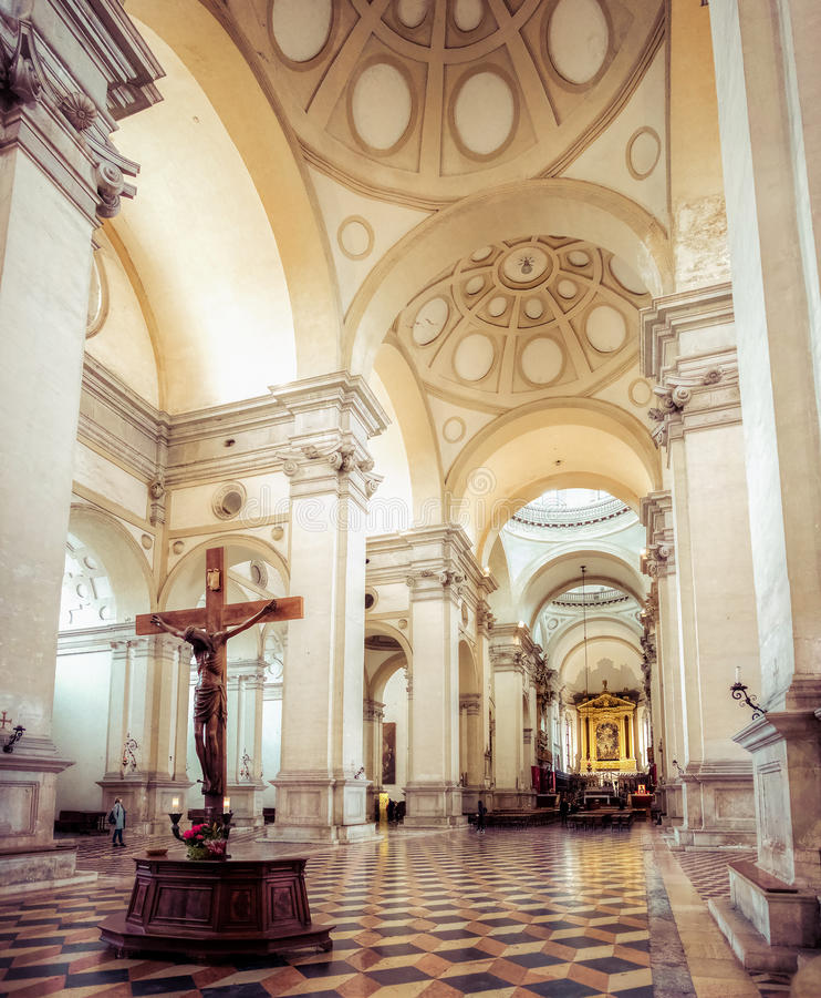 Interior de madeira da basílica de San Giustina da cruz de Pádua Jesus Christ fotos de stock