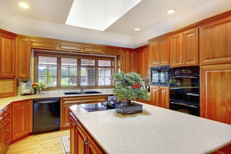 Interior de madeira da cozinha de Brown com teto e a claraboia brancos fotografia de stock