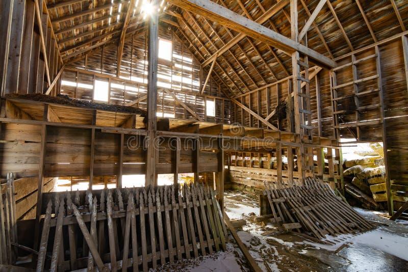 Interior de madeira do celeiro foto de stock