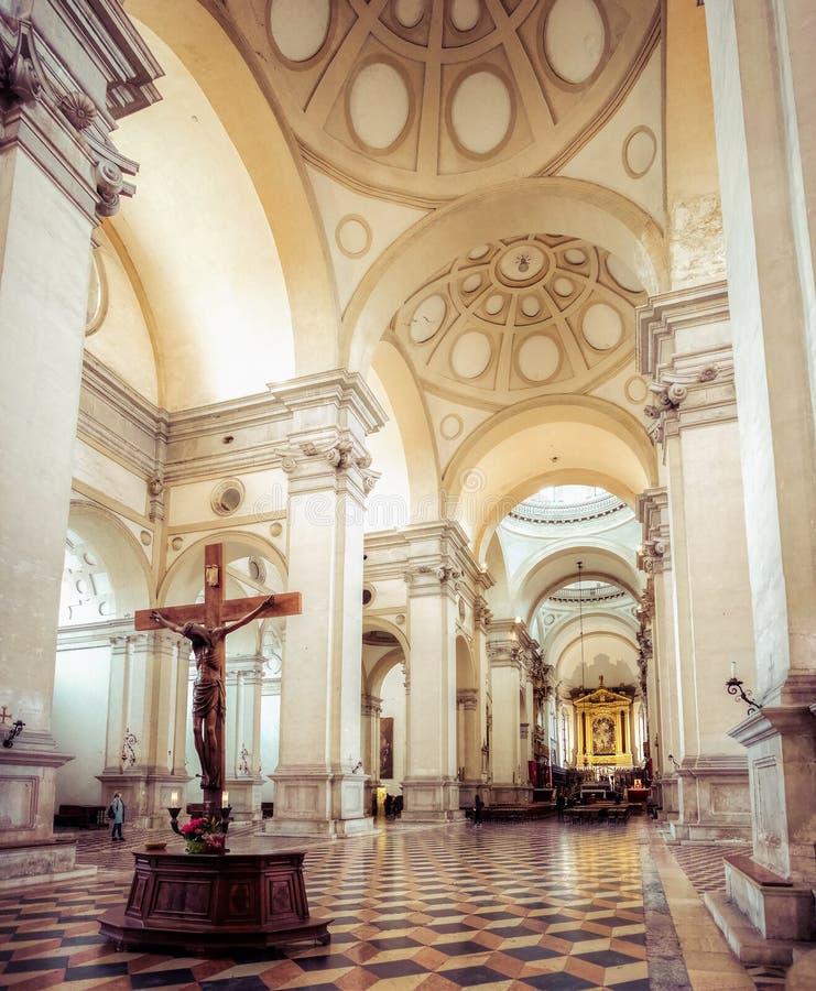 Interior de madera de la basílica de San Giustina de la cruz de Padua Jesus Christ fotos de archivo