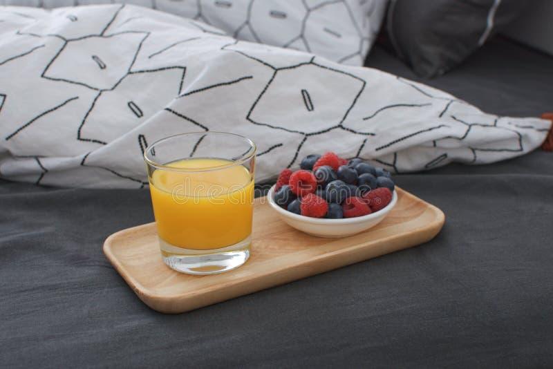 Interior de madera del concepto de la madrugada de la bandeja de la cama del desayuno fotografía de archivo libre de regalías
