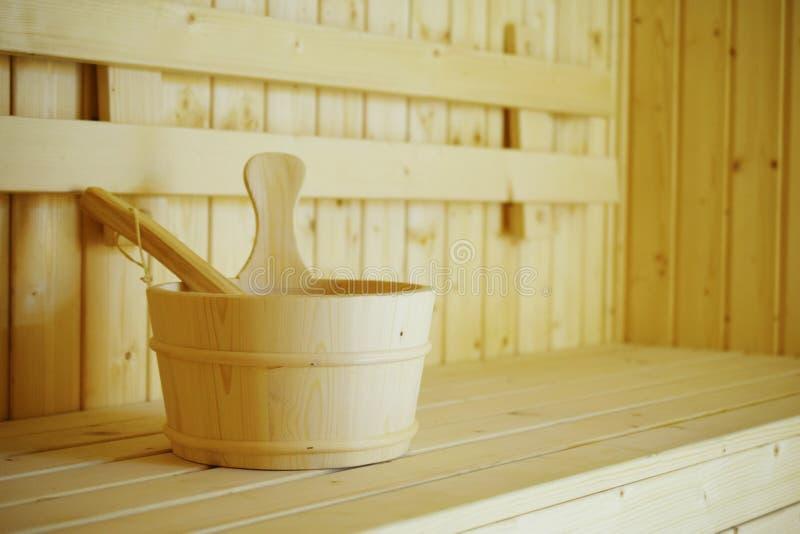 Interior de madera de los accesorios del cubo de la sauna del balneario de la sauna imagen de archivo