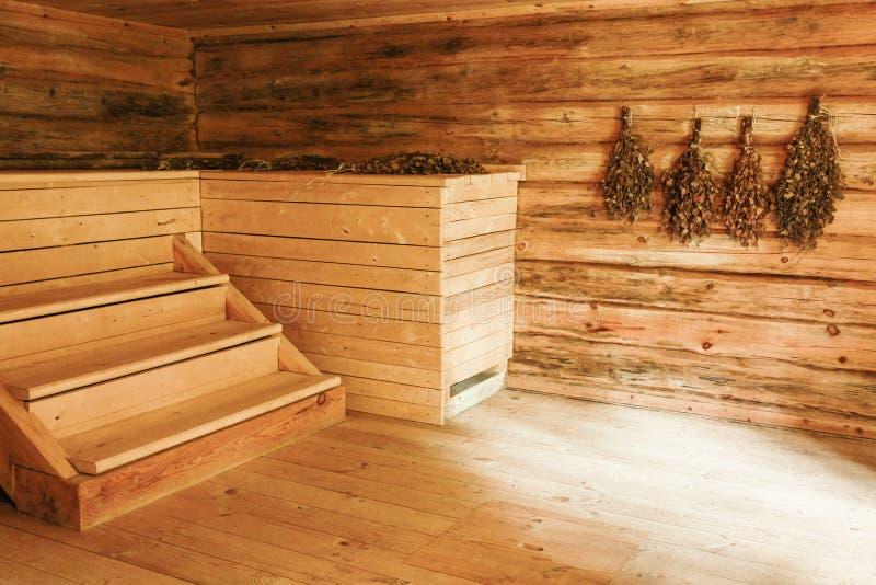Interior de madera vacío de la sauna rusa fotos de archivo libres de regalías