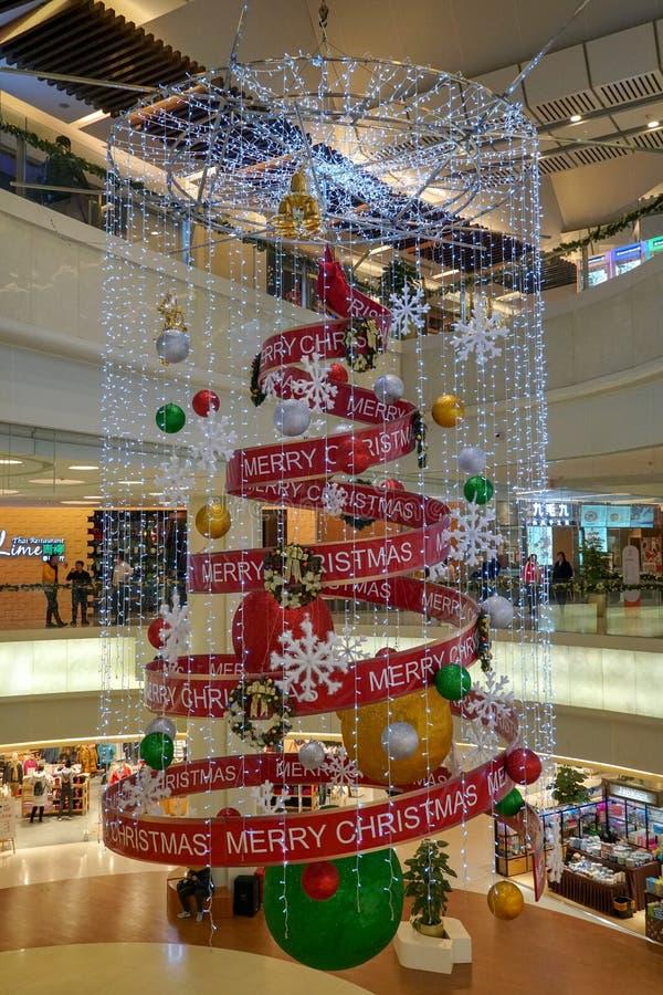 Interior de niveles múltiples del centro comercial adornado con la decoración de la Navidad imágenes de archivo libres de regalías