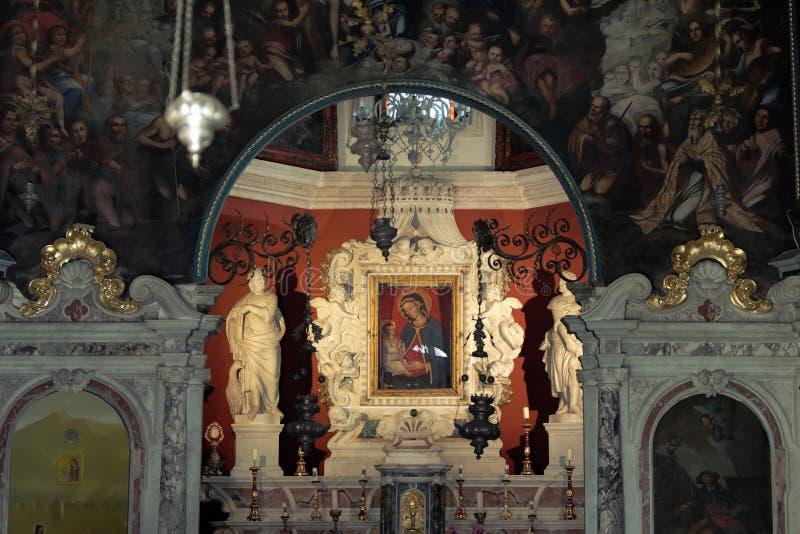 Interior de nossa igreja da senhora Of The Rocks na baía de Kotor, Montenegr imagem de stock