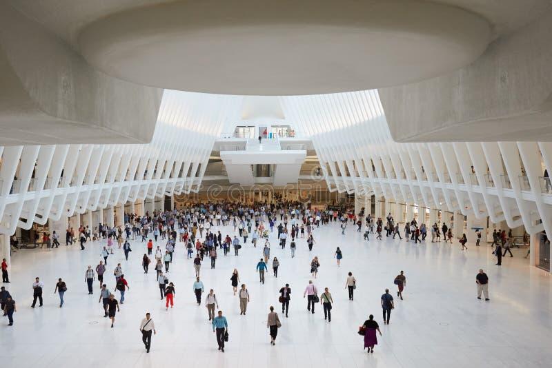 Interior de Oculus de la estación blanca del World Trade Center con la gente en Nueva York imagenes de archivo