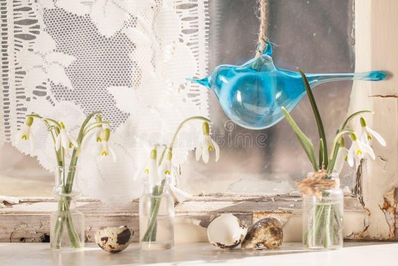 Interior de Pascua con los snowdrops y los huevos de codornices fotos de archivo libres de regalías