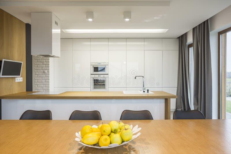 Interior de plano aberto da cozinha foto de stock royalty free