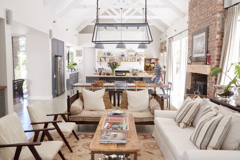 Interior de plano aberto de uma casa familiar moderna da conversão do período foto de stock royalty free