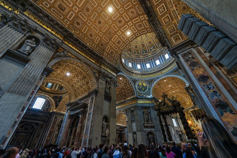 Interior de Saint Peter Basilica - Cidade do Vaticano Roma fotos de stock royalty free