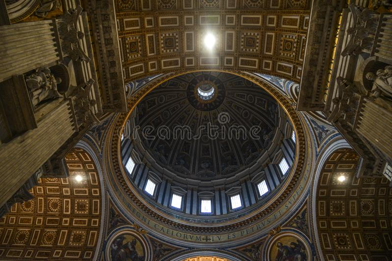 Interior de Saint Peter Basilica San Pietro foto de stock