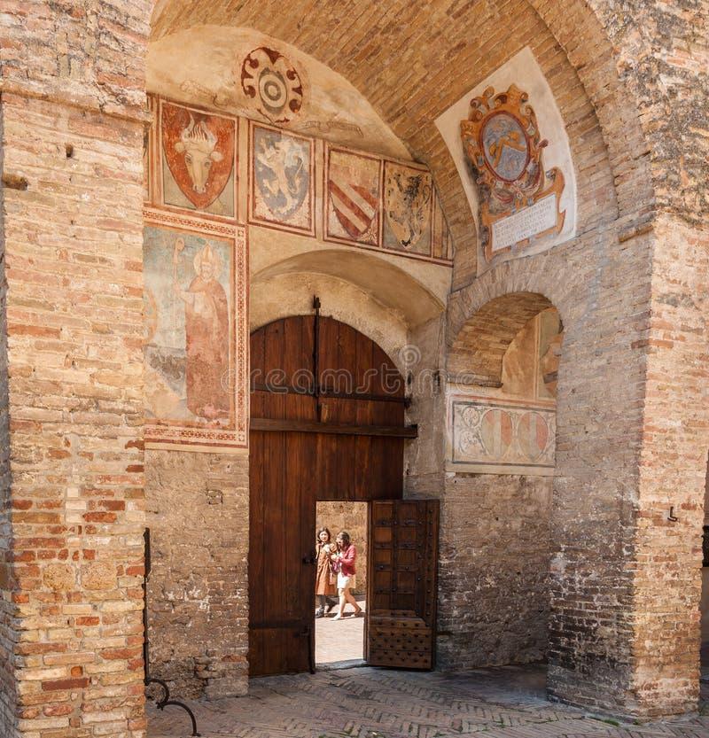 Interior de San Gimignano con los frescos de las cabezas animales imagen de archivo