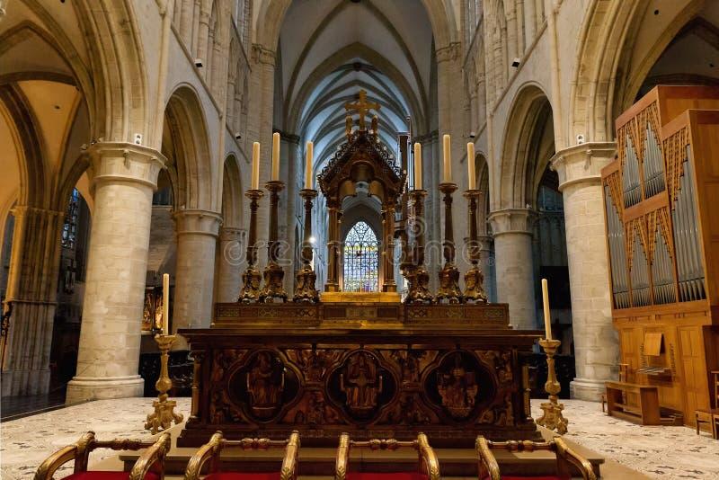 Interior de San Miguel y de la catedral del St. Gudula foto de archivo