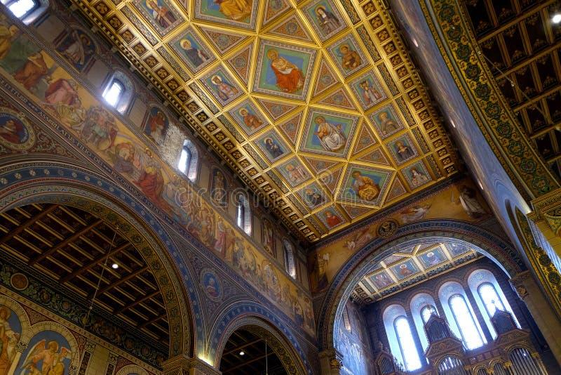 Interior de San Pedro y de St Paul Basilica en Pecs Hungría imágenes de archivo libres de regalías