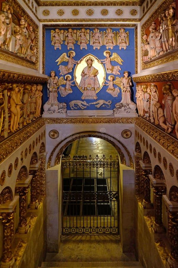 Interior de San Pedro y de St Paul Basilica en Pecs Hungría foto de archivo