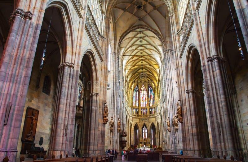 Interior de St Vitus Cathedral no castelo de Praga, República Checa imagens de stock royalty free