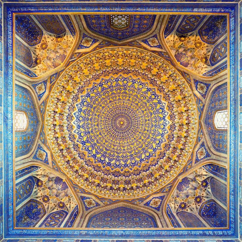 Interior de Tillya antigo Kary Madrassah em Samarkand imagens de stock