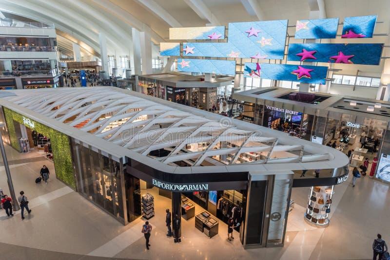 Interior de Tom Bradley Terminal en el LAX, Los Angeles, California imagen de archivo