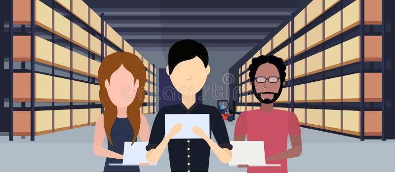 Interior de trabajo del almacén de la gente de la raza de la mezcla usando la caja del paquete de la tableta en hombre logístico  libre illustration