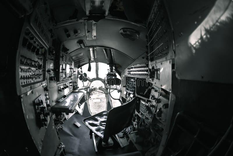 Interior de um avião velho com painel de controle foto de stock royalty free