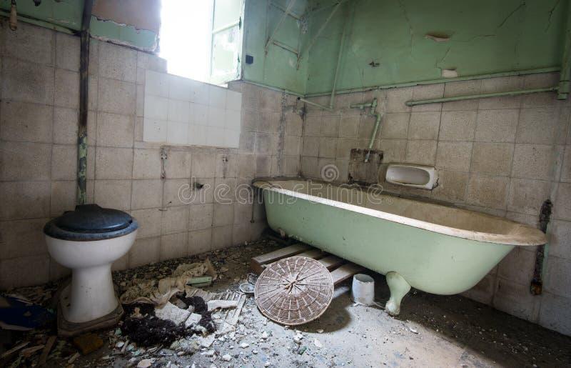 Interior de um banheiro abandonado sujo imagens de stock