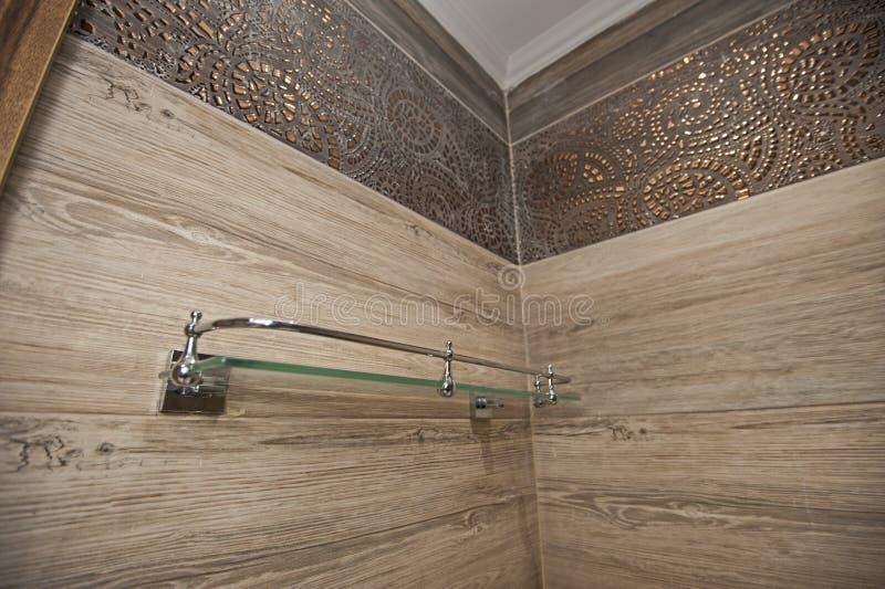 Interior de um banheiro luxuoso da casa da mostra com prateleira fotos de stock