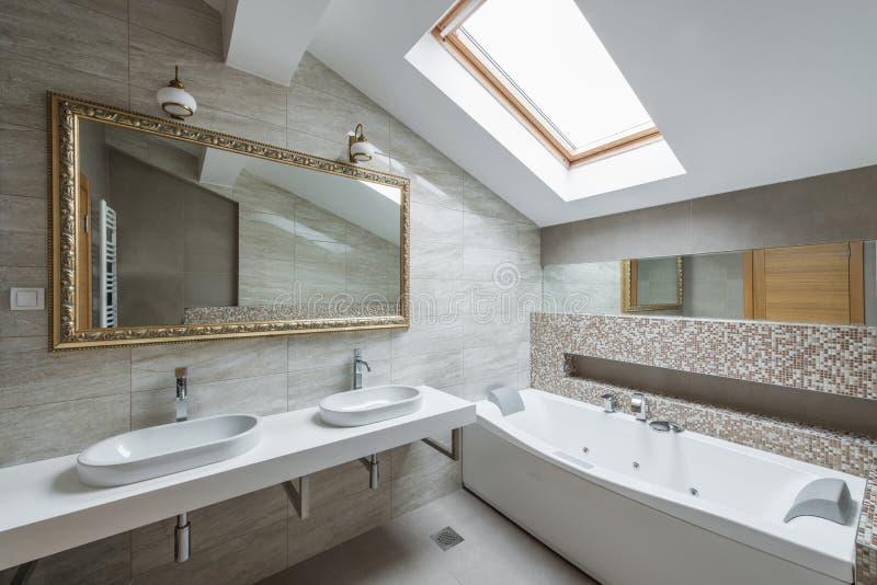 Interior de um banheiro luxuoso no apartamento do sótão fotografia de stock