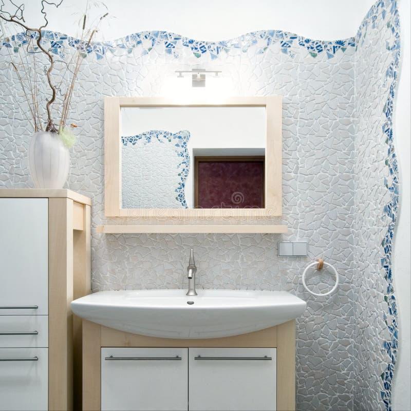 Interior de um banheiro novo foto de stock