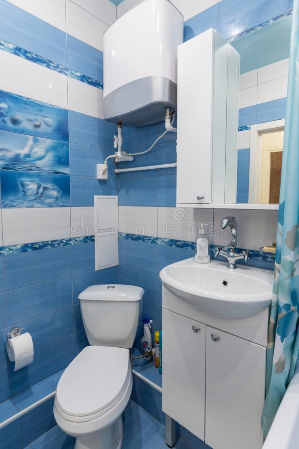 Interior de um banheiro pequeno, toalete, bacia de lavagem, caldeira foto de stock