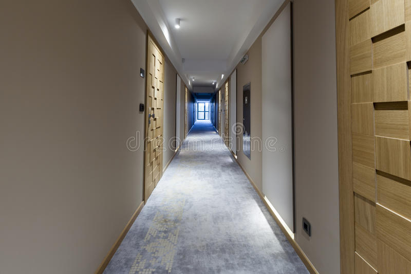 Interior de um corredor longo do hotel fotografia de stock