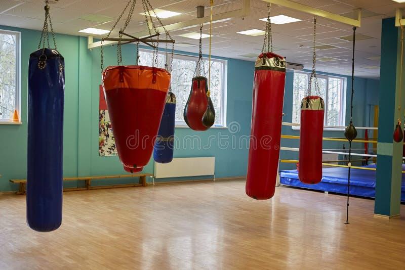 Interior de um gym espaçoso com sacos de perfuração imagens de stock royalty free