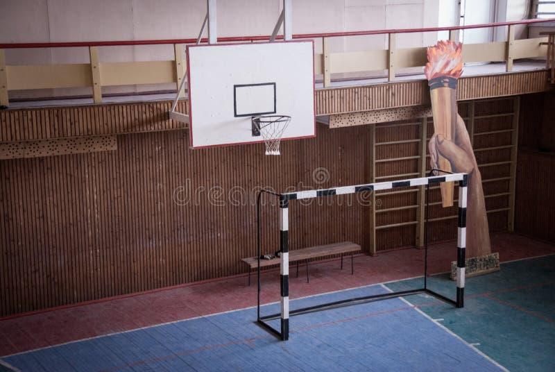 Interior de um gym no esporte e do centro cultural no pagamento soviético abandonado Pyramiden do russo foto de stock royalty free