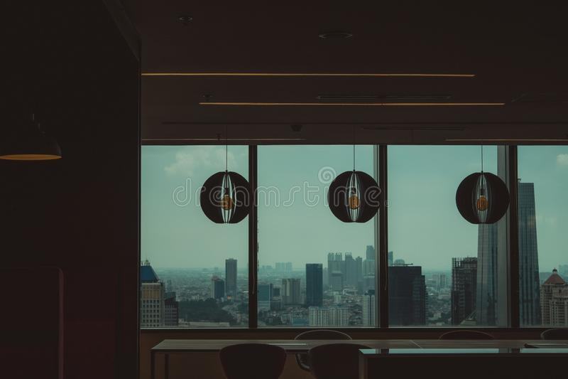 Interior de um prédio de escritórios com a vista de uma cidade urbana fotografia de stock