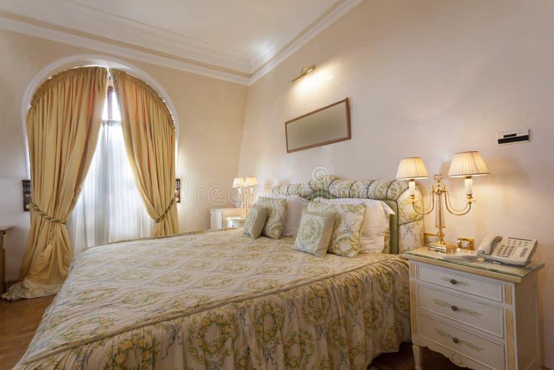 Interior de um quarto clássico do estilo imagens de stock royalty free