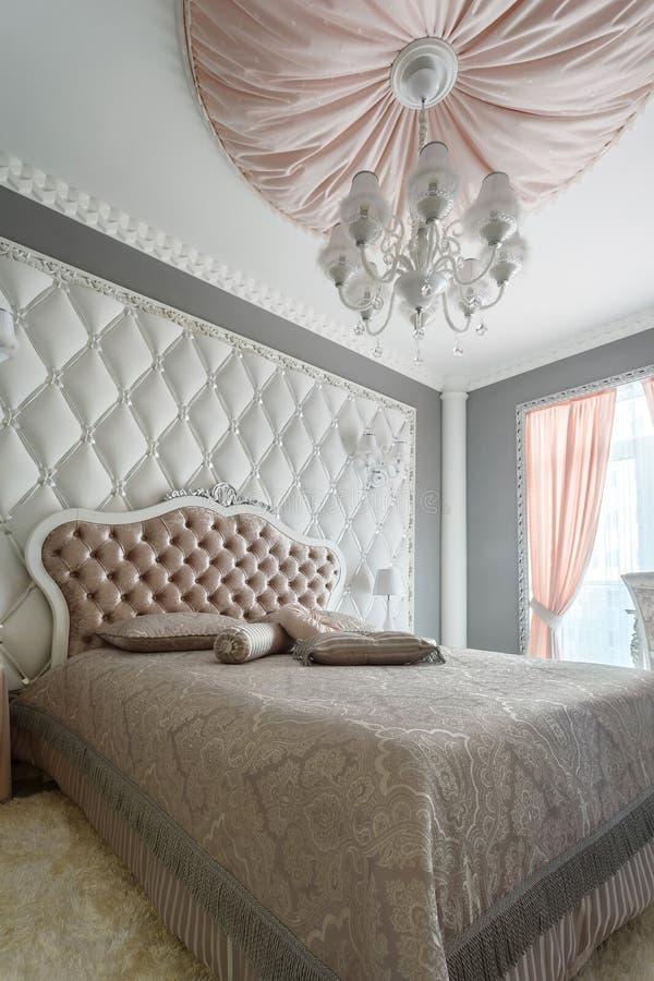 Interior de um quarto clássico do estilo na casa luxuosa imagens de stock