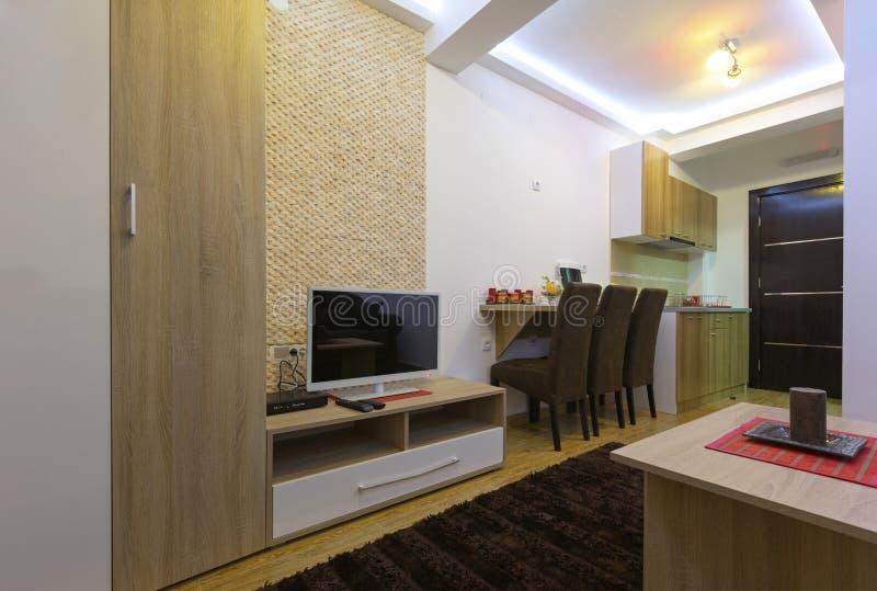 Interior de um quarto de hotel moderno imagens de stock