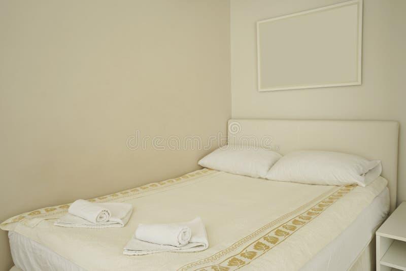 Interior de um quarto moderno em uma residencial imagens de stock royalty free