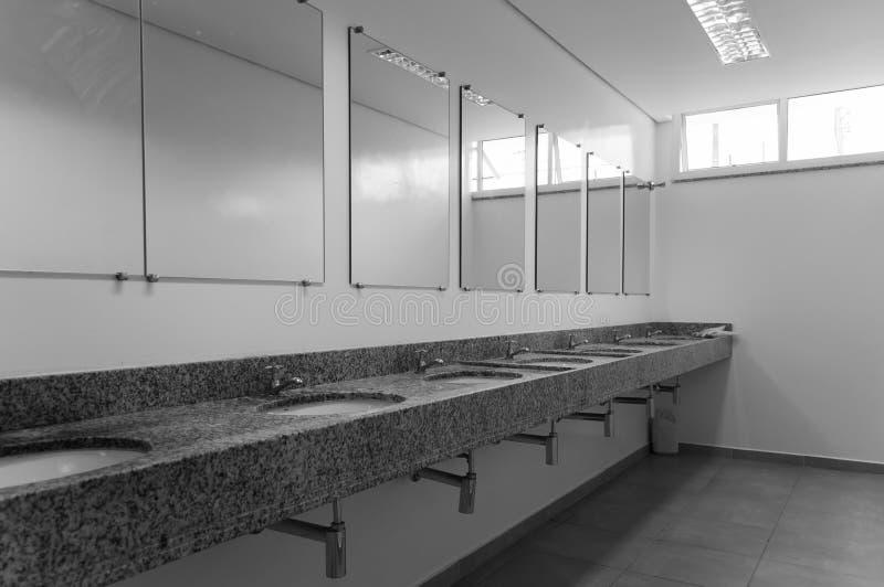 Interior de um toalete com espelhos foto de stock royalty free
