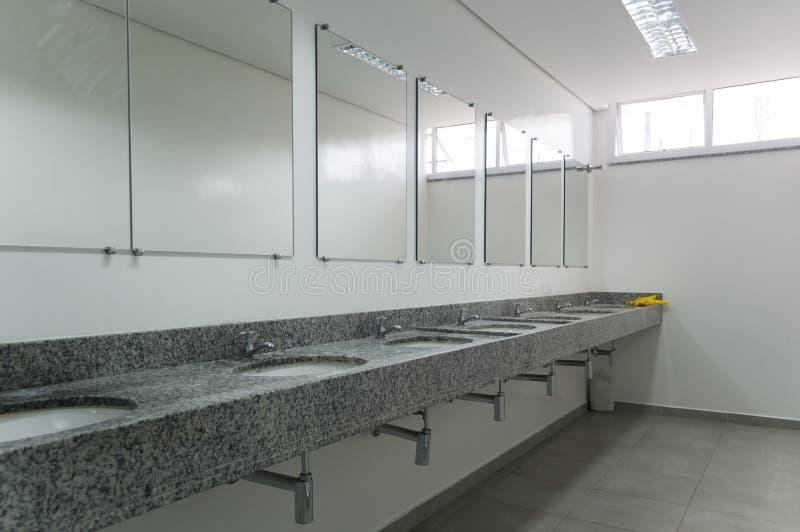Interior de um toalete com espelhos imagens de stock