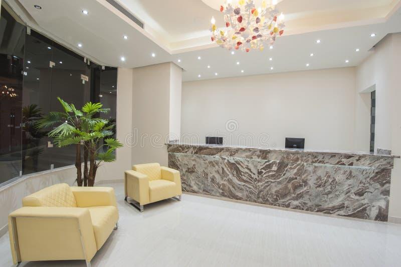 Interior de uma área de recepção da entrada do hotel de luxo imagens de stock royalty free