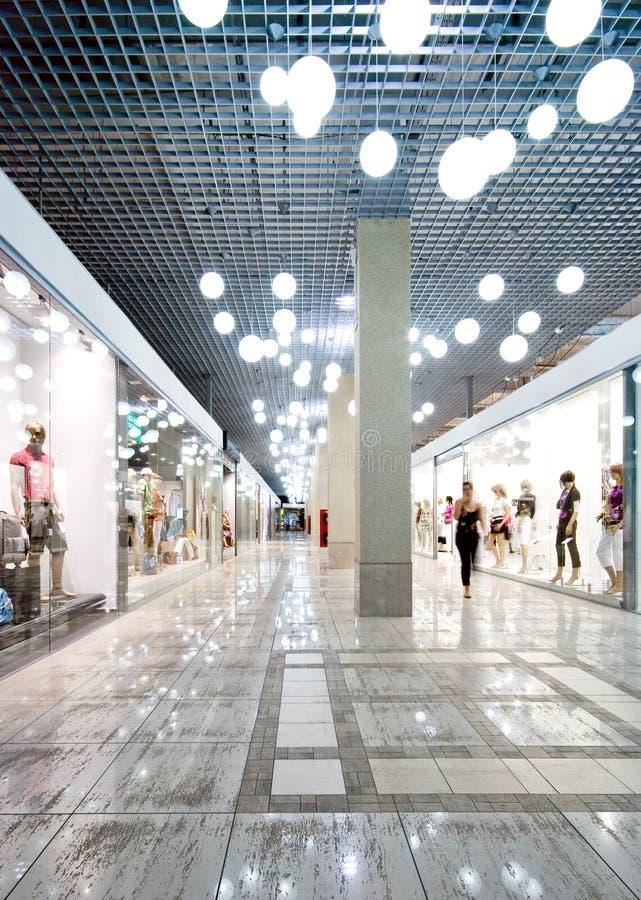 Interior de uma alameda de compra fotografia de stock