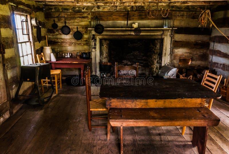 Interior de uma cabana rústica de madeira histórica no parque estadual dos prados do céu, VA imagem de stock