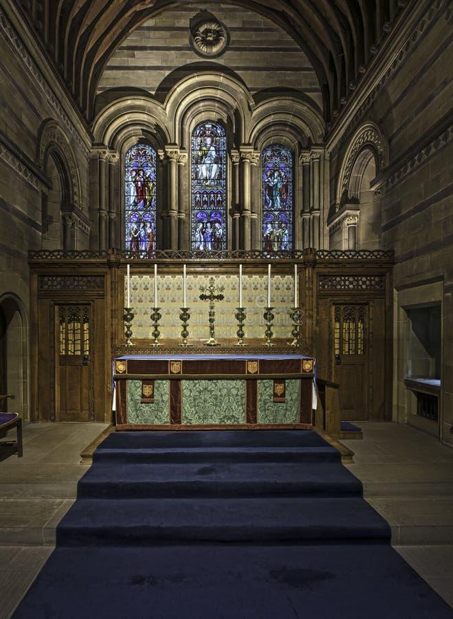 Interior de uma capela com paneling de madeira foto de stock