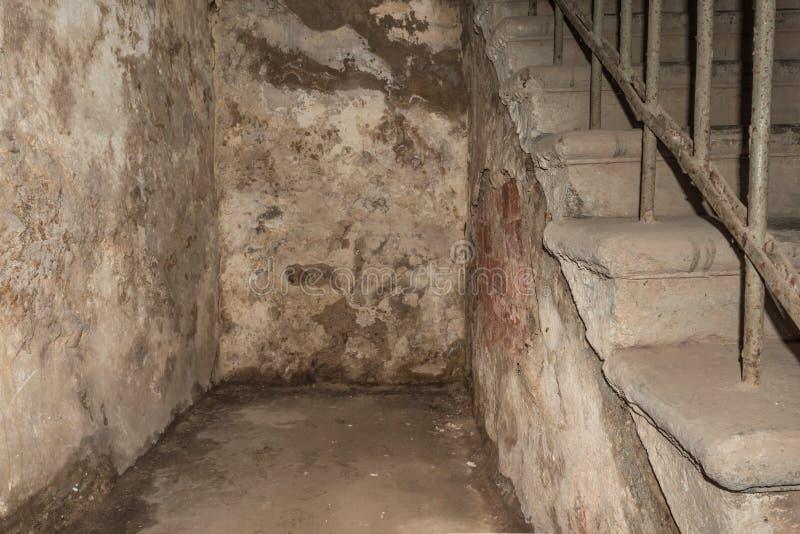 Interior de uma casa abandonada velha com paredes e as escadas arruinadas fotos de stock