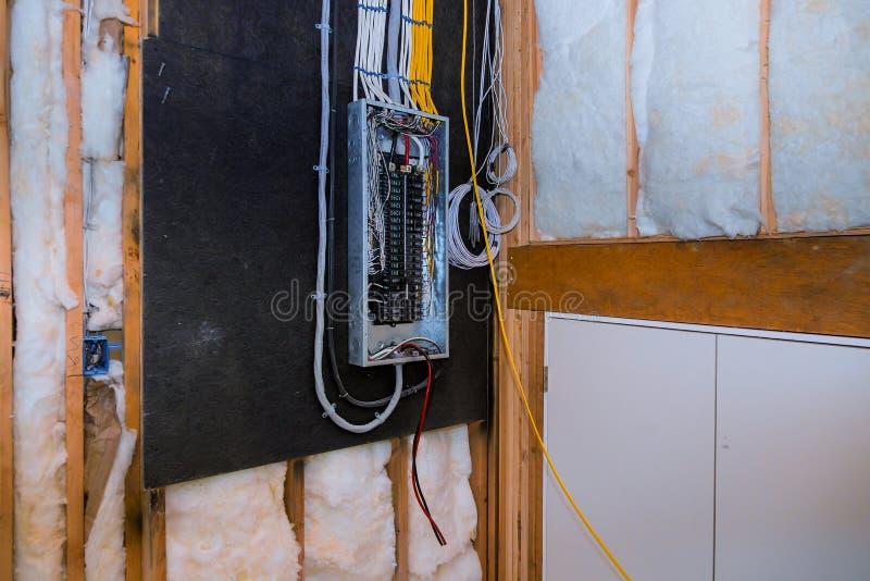 Interior de uma casa nova sob o sistema elétrico da conexão da placa da construção em disjuntores novos do armário na caixa de co imagens de stock royalty free