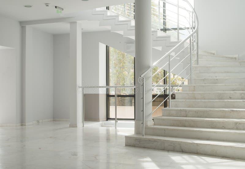 Interior de uma construção com paredes brancas foto de stock